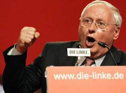 Oskar Lafontaine, durante el congreso fundacional del nuevo partido alemán La Izquierda, el pasado sábado en Berlín.