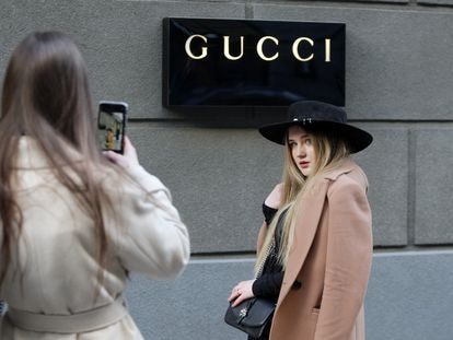 Una joven posa frente al logo de la tienda de Gucci en Kiev, Ucrania, el pasado 6 de marzo.