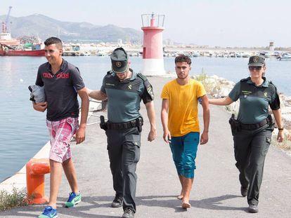 Efectivos de la Guardia Civil atienden en Motril (Granada) a varias de las 120 personas rescatadas en aguas de Alborán el pasado 20 de septiembre.
