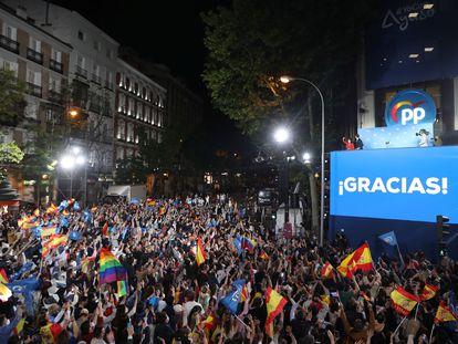 Ambiente de fiesta en la calle de Génova, donde está la sede del PP.