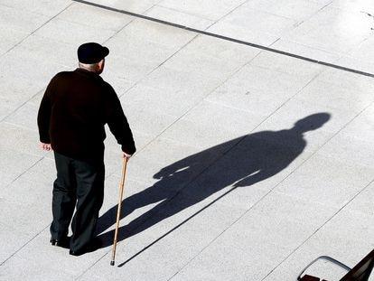 Un pensionista camina por las calles de Bilbao el pasado 15 de enero.