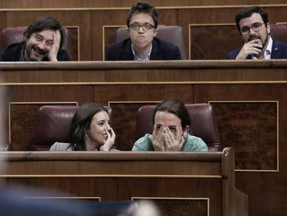 Diputados de Podemos atienden a la intervención del presidente del Gobierno, Mariano Rajoy.