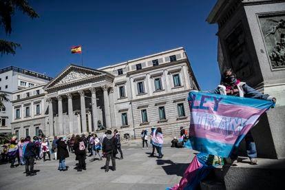 Manifestación a favor de una 'ley trans' a las puertas del Congreso, el pasado 17 de marzo.