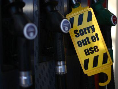 """Cartel de """"fuera de servicio"""" en el surtidor de una gasolinera del este de Londres, el pasado viernes."""