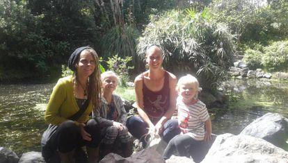Helen Bicknell y Nicola Rothon, con sus hijos.