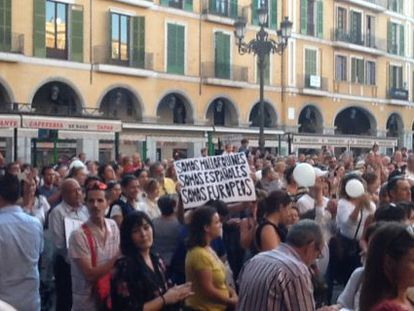 Mil personas se han reunido en Palma en contra de la huelga educativa.