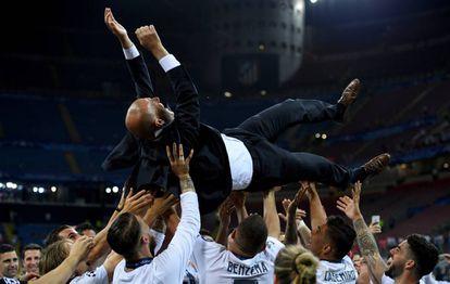 Zidane, manteado por sus jugadores tras conseguir la Undécima.