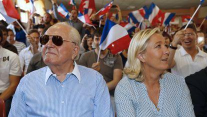 Marine Le Pen, líder del Frente Nacional, junto a su padre Jean-Marie.