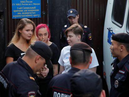 Las Pussy Riot Nika Nikulshina, Olga Kurachiova y Olga Pajtusova, arrestadas en la final del Mundial, salen hoy de prisión. Poco después, eran detenidas de nuevo.