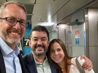 Roberto Marrero posa con su esposa y el diplomático estadounidense James Story, al aterrizar en Estados Unidos.