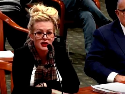 Melissa Carone, testigo estrella de Donald Trump en el tema de fraude electoral, durante su comparecencia en Michigan.