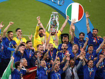 Chiellini alza, junto a sus compañeros, el trofeo de campeones de la Eurocopa.