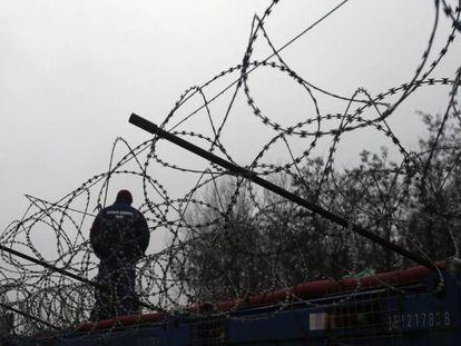 Un agente de policía húngaro custodia la frontera con Serbia cerca del campo de refugiados de Horgos, en este último país, el pasado 8 de octubre de 2017.