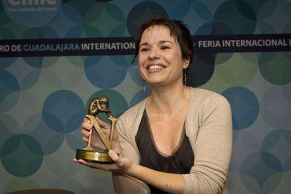 La escritora Betina González al recibir el premio Tusquets.
