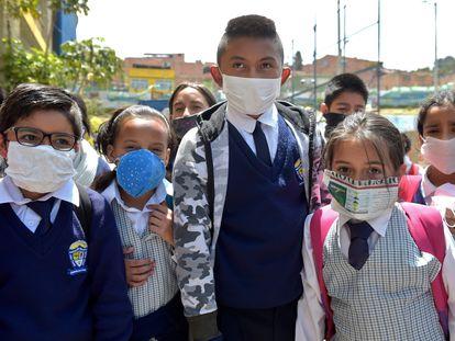Estudiantes colombianos llevan tapabocas de materiales reciclados en Soacha, Cundinamarca.