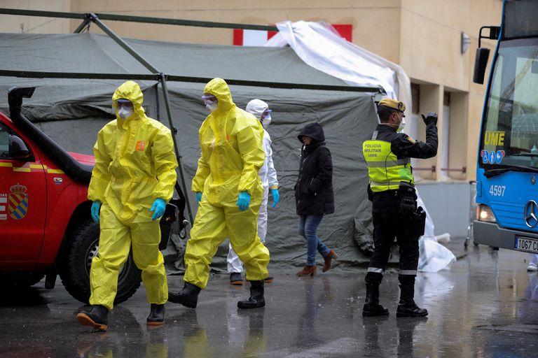Personal sanitario trabaja este martes en el montaje de un hospital de campaña junto al Hospital Gregorio Marañón, en Madrid.