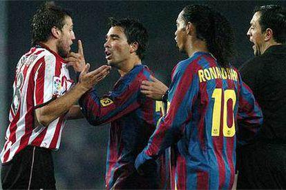 Deco se encara con Gurpegui tras la jugada que le costó la expulsión. Junto a ellos, Ronaldinho y el árbitro.