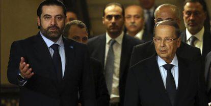 Saad Hariri (izquierda) recibe a Michel Aoun tras anunciarle su apoyo para ocupar la jefatura de Estado, el 20 de octubre en Beirut.