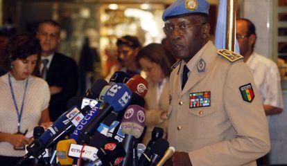 El general Gaye, en rueda de prensa desde Damasco (Siria), al frente de un equipo de la ONU, en agosto de 2012.