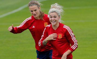Irene Paredes (I) y Mapi León bromean en el entrenamiento de este jueves.