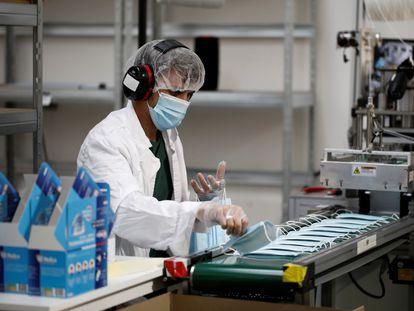 Un trabajador de una fábrica francesa de mascarillas.