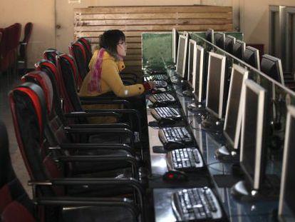 Una mujer, en un cibercafé en Shanghái.