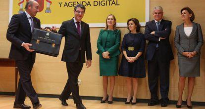 Álvaro Nadal recibe la cartera de manos de Luis de Guindos.