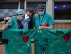 Personal sanitario lloran la muerte de un compañero por coronavirus en el Hospital Severo Ochoa de Leganés (Madrid).
