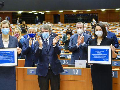 Veronika Tsepkalo (izquierda) y Svetlana Tijanóvskaya recogen este miércoles el premio Sájarov junto al presidente del Parlamento Europeo, David Sassoli, en Bruselas.