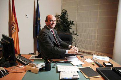 El ministro de Economía, Luis de Guindos, en el despacho de su Ministerio.
