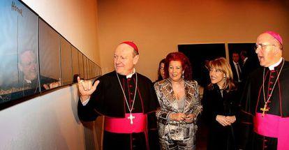 El cardenal Gianfranco Ravasi (izquierda) en el Instituto Valenciano de Arte Moderno, en 2010.