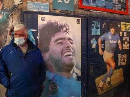 Un hombre, este miércoles junto a un mural de Maradona en Nápoles.