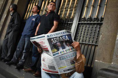 Una persona lee en un periódico los resultados de la elecciones presidenciales en México.
