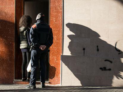 Los Mossos detienen en 2015 a una mafia que traficaba con mujeres en Barcelona.