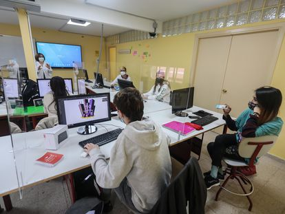 Alumnos y profesores en aulas  del Instituto de Formación Profesional Puerta Bonita (Carabanchel) en sus especialidades de audiovisual y diseño gráfico durante la pandemia de la covid-19.