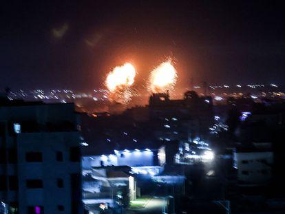 Explosión de misiles israelíes en la franja de Gaza, esta madrugada.