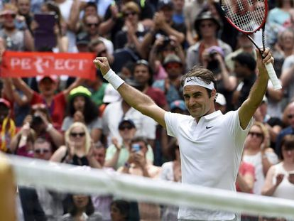 Federer celebra su triunfo contra Johnson.