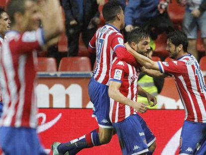 Guerrero, felicitado por sus compañeros tras marcar el tercer gol del Sporting.