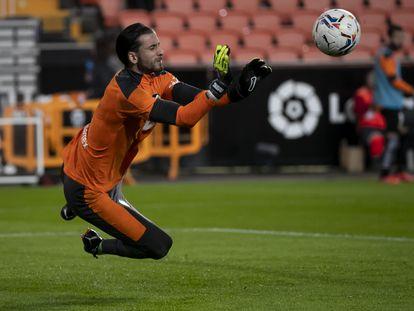 Jaume Doménech se lanza a despejar un balón el pasado 1 de noviembre en Mestalla ante el Real Madrid.