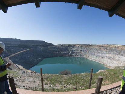 Técnicos en la mina de Aznalcóllar (Sevilla), hace un año.