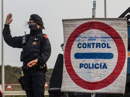 Un control de los Mossos en el acceso de la AP-7 en Vilademuls (Girona).