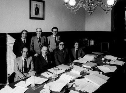 Los padres de la Constitución: Gabriel Cisneros, José Pedro Pérez Llorca y Miguel Herrero (de pie de izquierda a derecha). Sentados, Miquel Roca, Manuel Fraga, Gregorio Peces-Barba y Jordi Solé Tura.