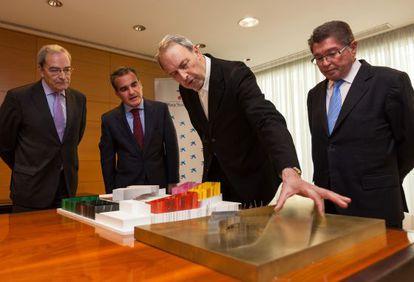 De izquierda a derecha, Lanaspa, Herrador, Vázquez Consuegra y Cabré, este viernes ante dos maquetas del CaixaForum.