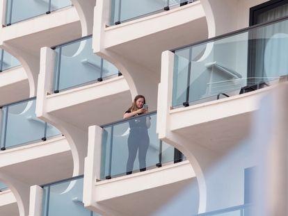 Una mujer consulta su móvil en la terraza de un hotel de Palma.