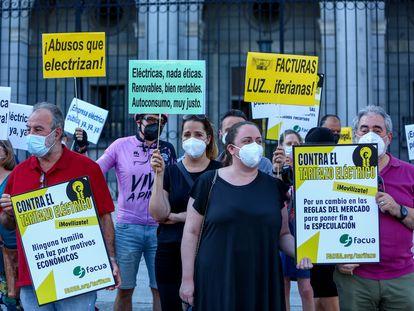 Protesta por la subida del precio de la luz, el pasado jueves ante el Ministerio para la Transición Ecológica, en Madrid.