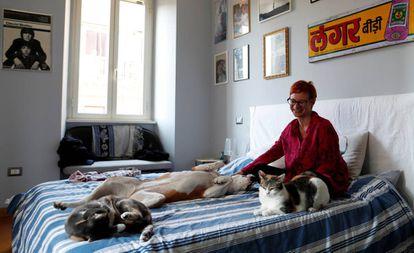 Una mujer juega con sus mascotas en Roma, tras varios días de encierro por el coronavirus.