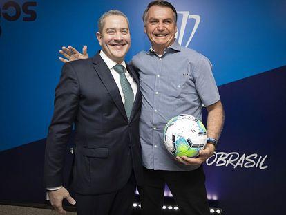 Jair Bolsonaro junto al presidente de la federación de fútbol de Brasil, Rogério Caboclo. L. Figueiredo / CBF