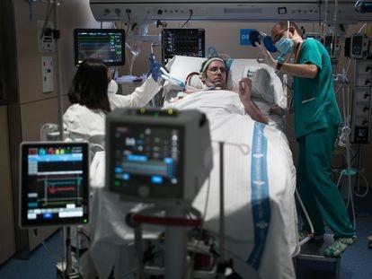 Atención a un paciente en el Hospital Vall D'Hebron de Barcelona, este mes.