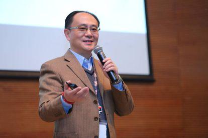 El Dr. Yong Rui durante una presentación.
