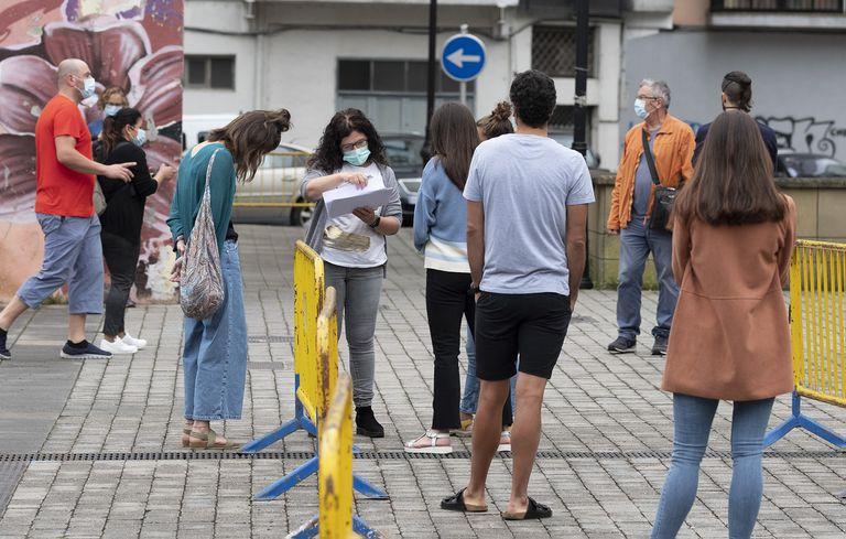 Colas de entrada para las pruebas de coronavirus en Tolosa (Gipuzkoa).